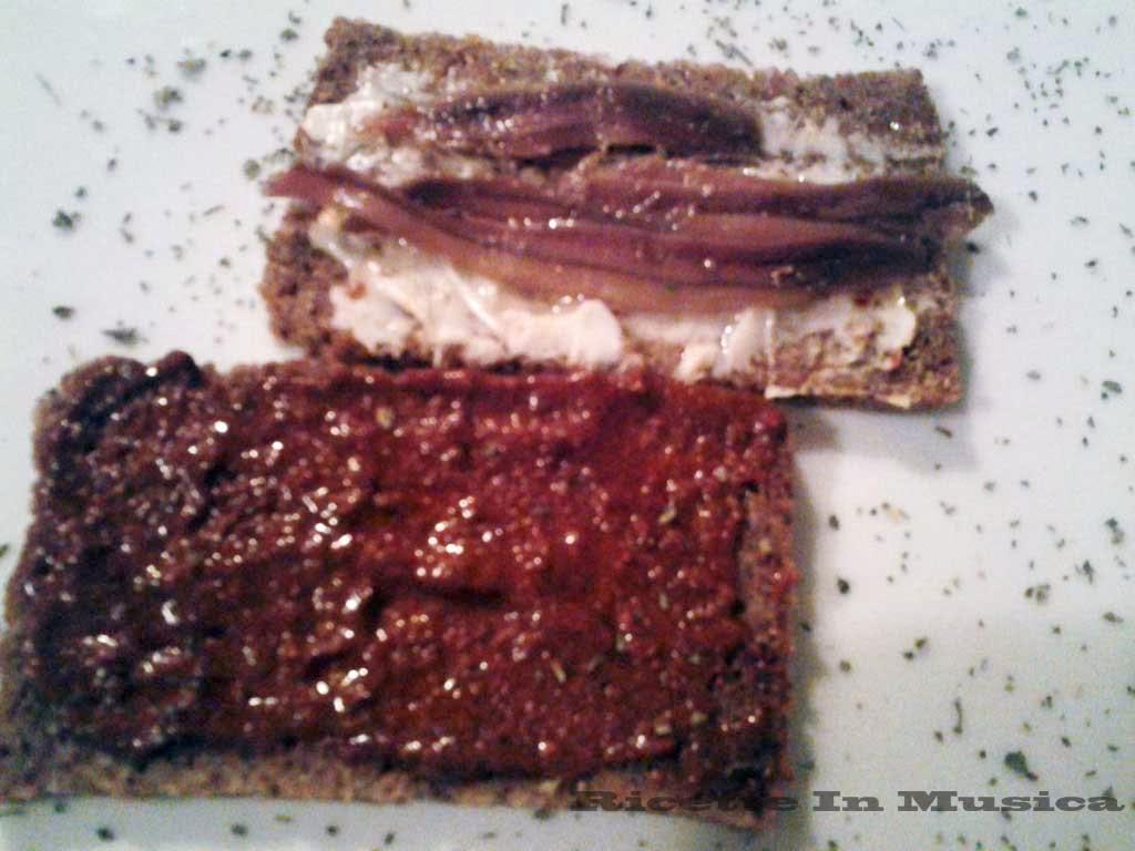 Pane di segale Pema con burro e alici e sardella